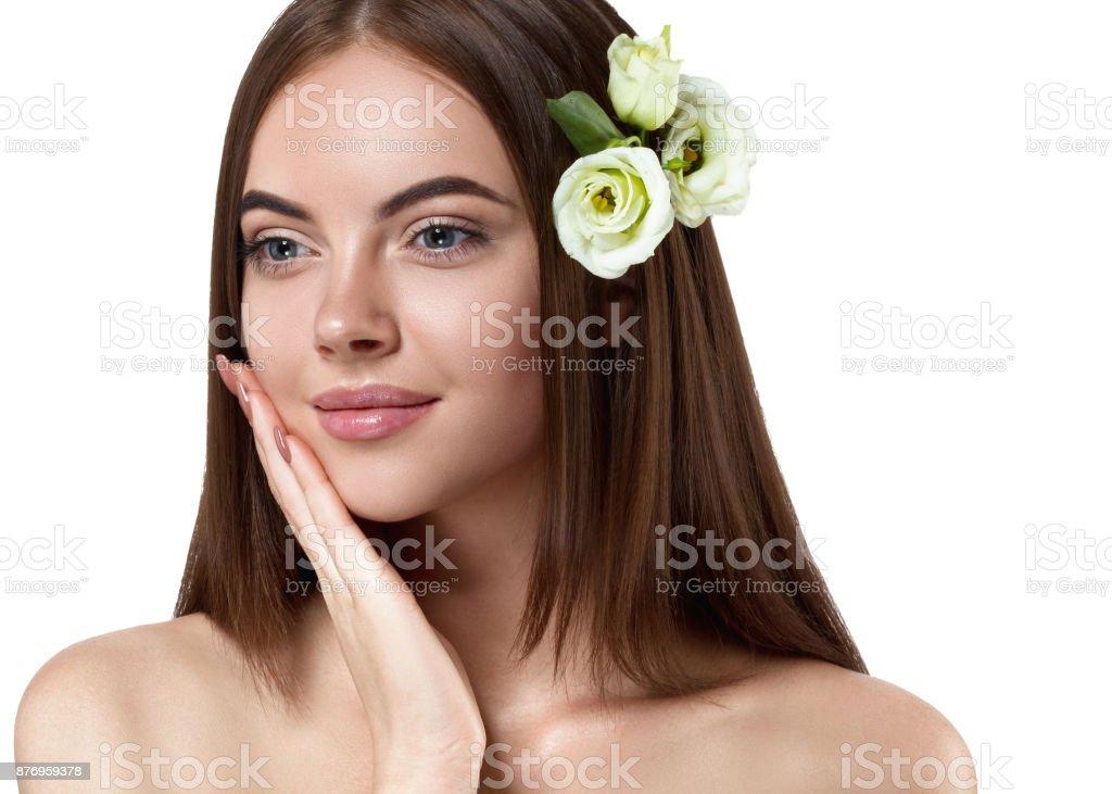 Retrato de belleza de mujer hermoso peinado liso con piel sana y pelo. foto  de 3975793d1d98