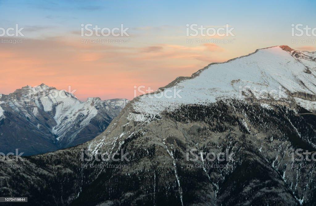 Wunderschöne schneebedeckte Berge gegen die Dämmerung Himmel im Banff National Park in Alberta, Kanada. – Foto
