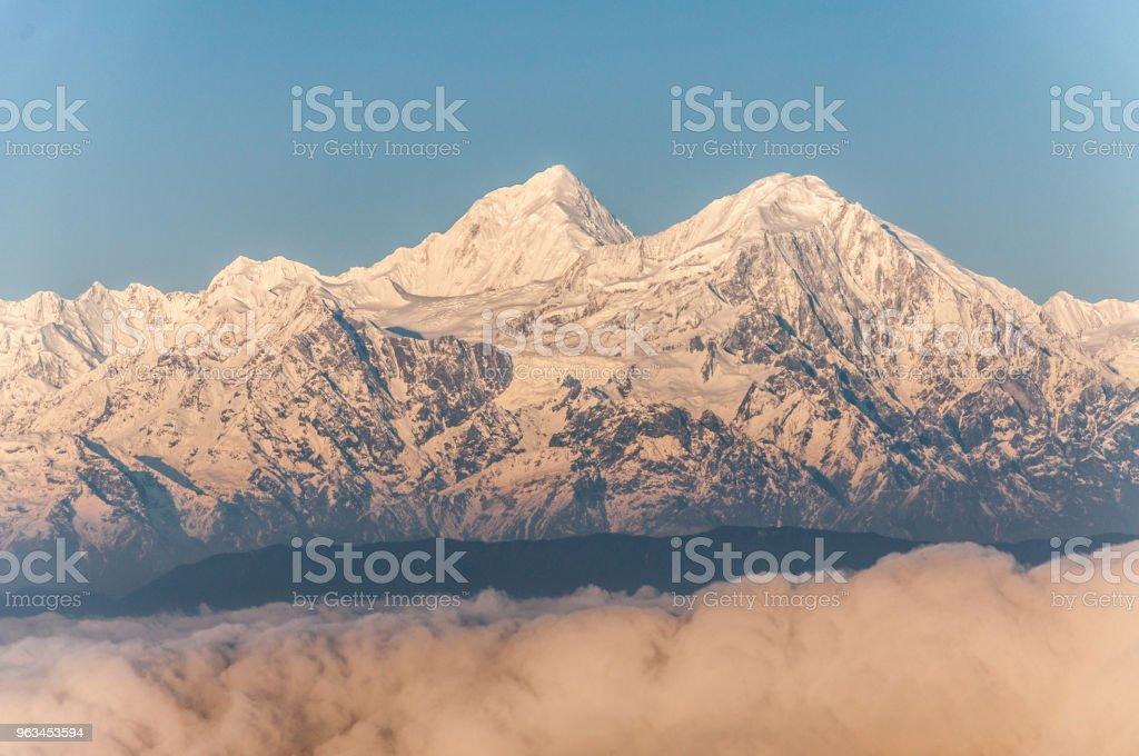 Bir güzel karlı dağ tepe - Royalty-free Beyaz Stok görsel