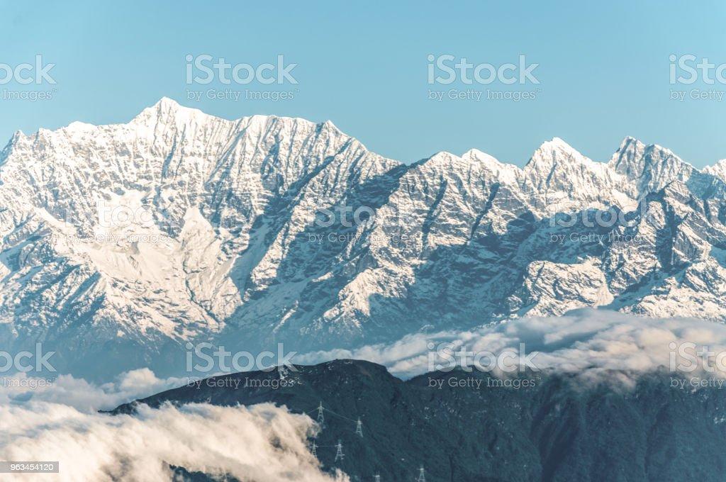 Un pic de la belle montagne enneigée - Photo de Alpinisme libre de droits