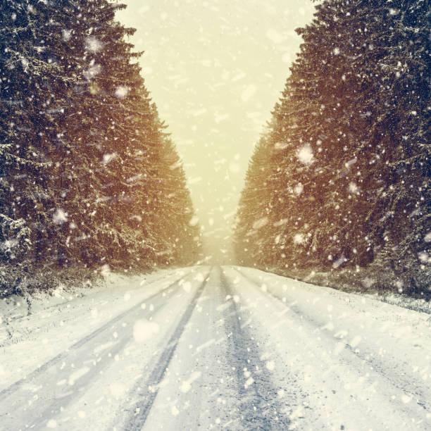 Schöne verschneite Bergstraße – Foto