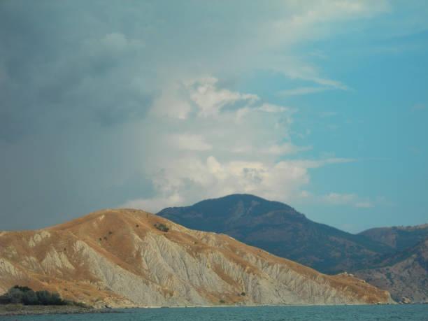 Belas montanhas do sul e mar - foto de acervo