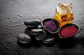 エッセンシャル オイル、石鹸、タオル、スパ海塩ウェット暗い背景に美しいスパ セット スパ製品。コピー領域と水平。