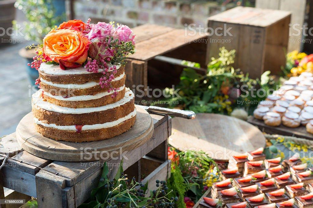 Lindo Pão-de-ló de aniversário com flores - foto de acervo