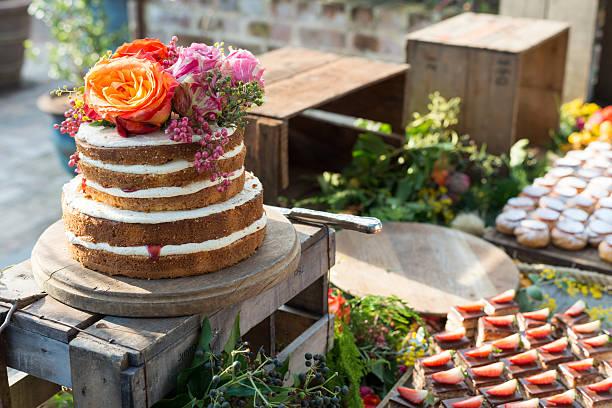 wunderschöne rührkuchen am geburtstag mit blumen - hausgemachte hochzeitstorten stock-fotos und bilder