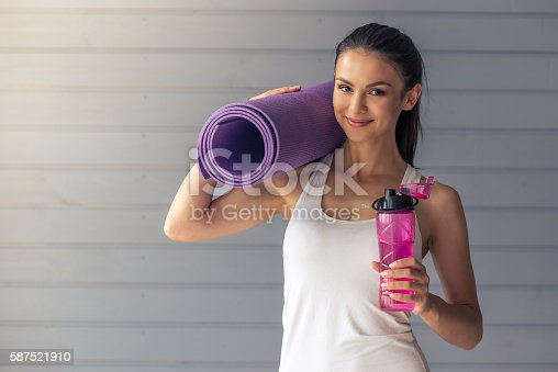 istock Beautiful sports lady 587521910