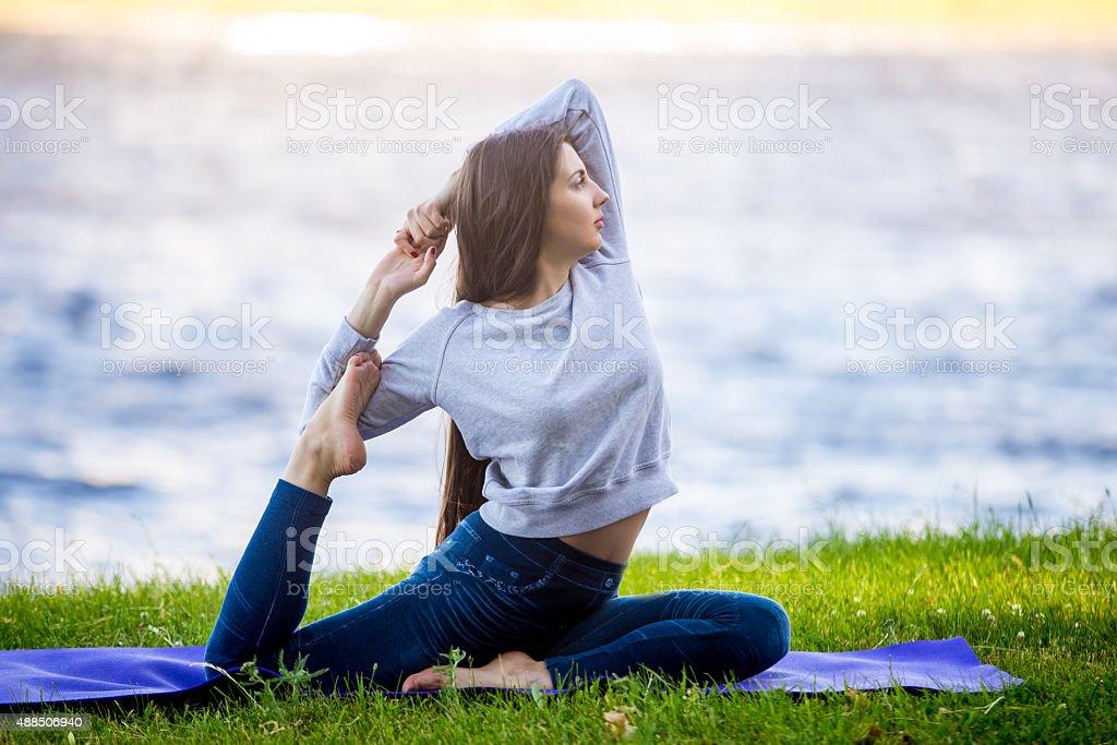 Красивый спортивный Молодая женщина, работающих на берег реки стоковое фото