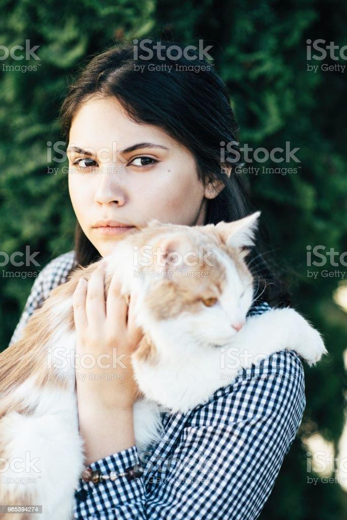 아름 다운 녹색 숲 배경 예쁜 여자의 손에 앉아 발견 - 로열티 프리 갈고리 발톱 스톡 사진