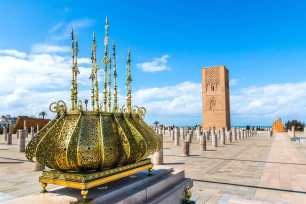 vackra torg med hassan tower på mausoleum av mohammed v i rabat, marocko solig dag - rabat marocko bildbanksfoton och bilder