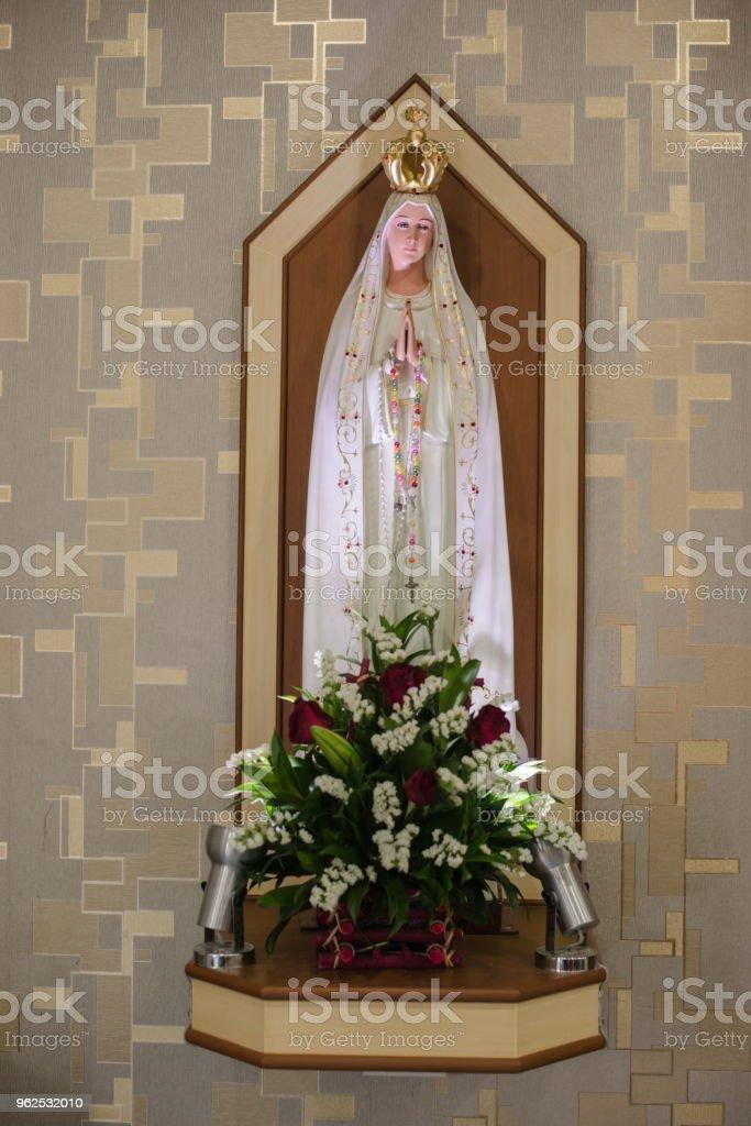 Bela estátua em uma igreja cristã. - Foto de stock de Anjo royalty-free