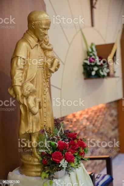Foto de Bela Estátua Em Uma Igreja Cristã e mais fotos de stock de Anjo