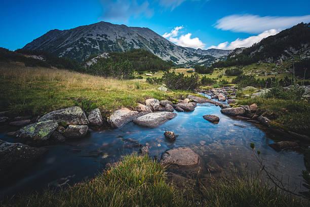 Beautiful stream in a mountain valley - foto de stock