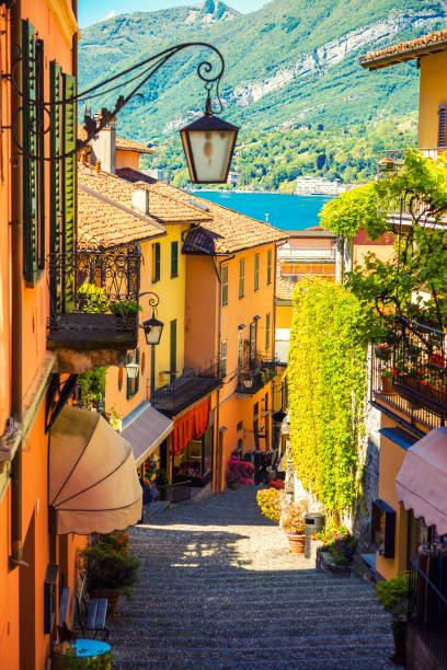 mooie straat in bellagio stad in italië - lecco lombardije stockfoto's en -beelden