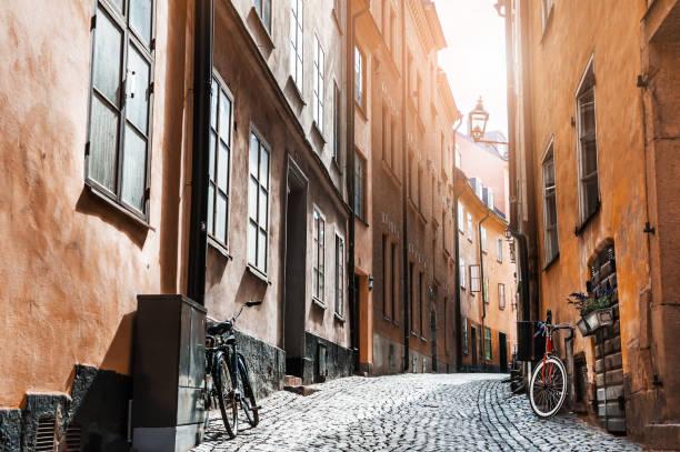 mooie straat van de oude stad in stockholm, zweden - oude stad stockfoto's en -beelden