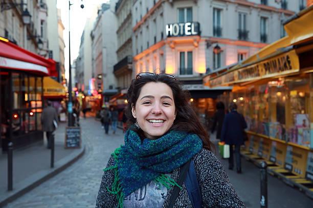 beautiful student girl have fun in paris, france - vida de estudante - fotografias e filmes do acervo