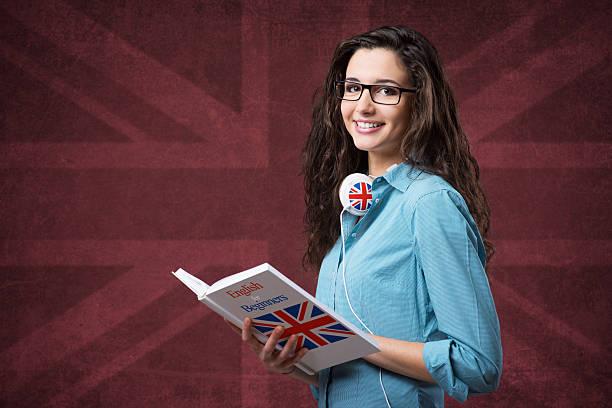 schöne student mädchen mit notebooks beim posieren vor der kamera - england stock-fotos und bilder
