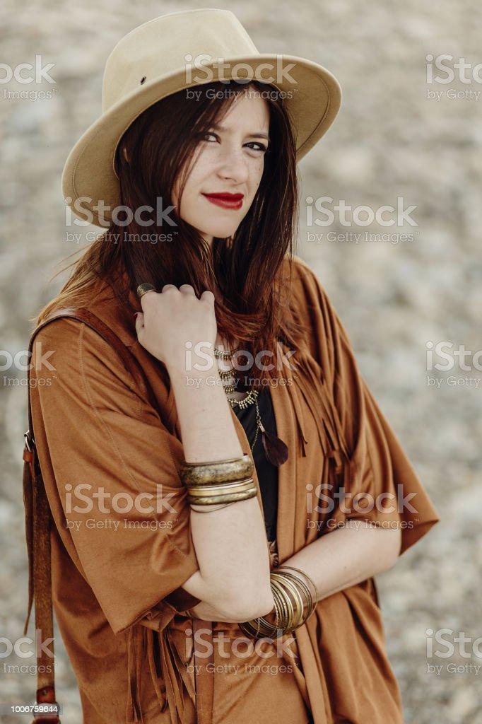 4ba9d4cbb2 beau style hipster boho femme avec chapeau et sac en cuir, le poncho frange  et