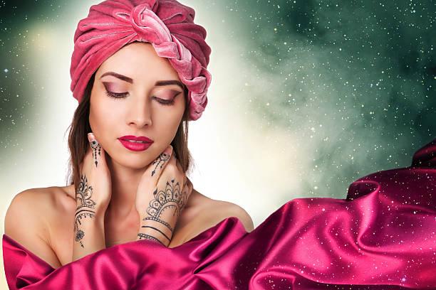 schöne stilvolle frau im orientalischen stil in turban - indianer make up stock-fotos und bilder