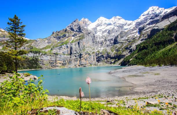 Schönen Sommer-Tagesansicht Türkis Oeschinensee (Oeschinensees See), Region UNESCO, Kandersteg, Berner Oberland, Schweiz, Europa. – Foto