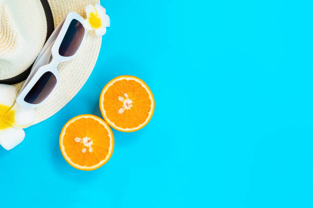 mooie zomervakantie, strandaccessoires, zonnebrillen, hoed en oranje op blauwe achtergronden - pink and orange seashell background stockfoto's en -beelden