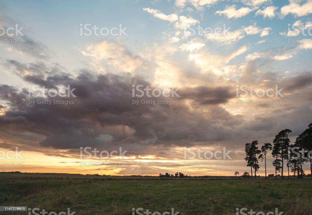 Vackert sommar landskap i solnedgången - Royaltyfri Dramatisk himmel Bildbanksbilder