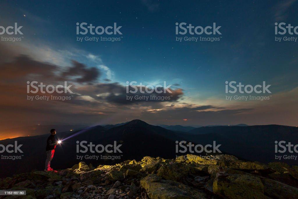 Foto De Noite De Verão Bonita Nas Montanhas Silhueta Do