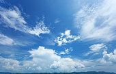 美しい夏の空、山脈のシルエットの水平線