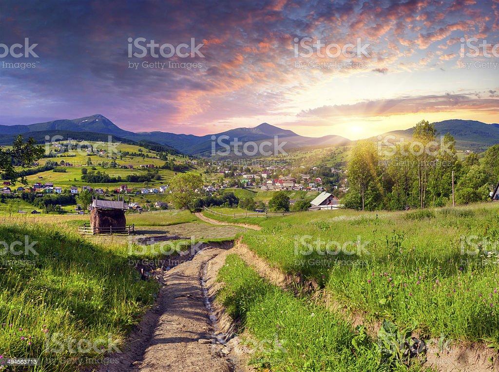 Schönen Sommer Sonnenuntergang im mountain village Lizenzfreies stock-foto