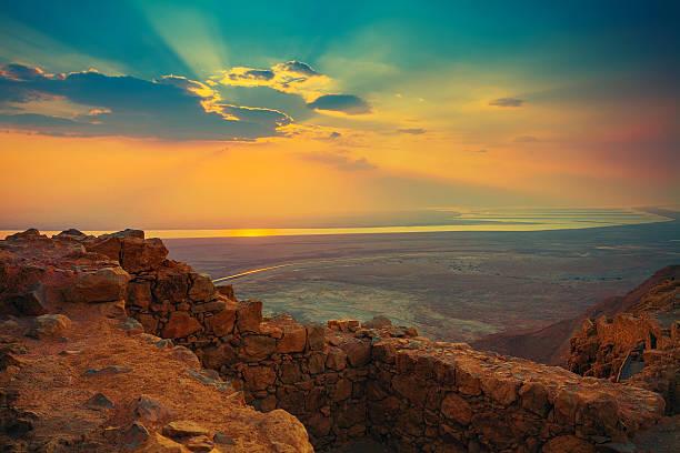 piękny wschód słońca nad twierdzy masada - morze martwe zdjęcia i obrazy z banku zdjęć