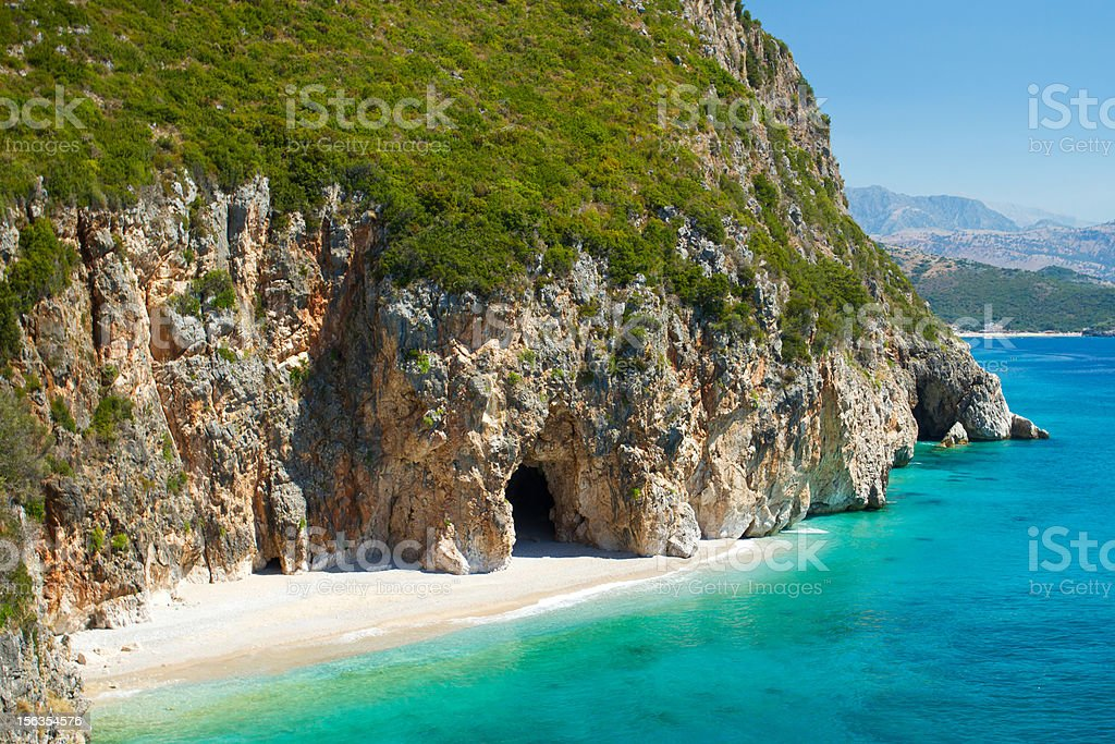 Piękny słoneczny plaży z białym piaskiem i lazurową wodą – zdjęcie