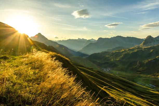 wunderschönen sonnenaufgang und geschichteten berg silhouetten in den frühen morgenstunden. lechtaler und allgäu-alpen, bayern und österreich. - allgäu stock-fotos und bilder