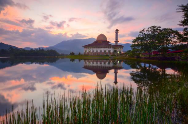 Schöner Sonnenaufgang und Spiegelreflexion über majestätische Moschee – Foto