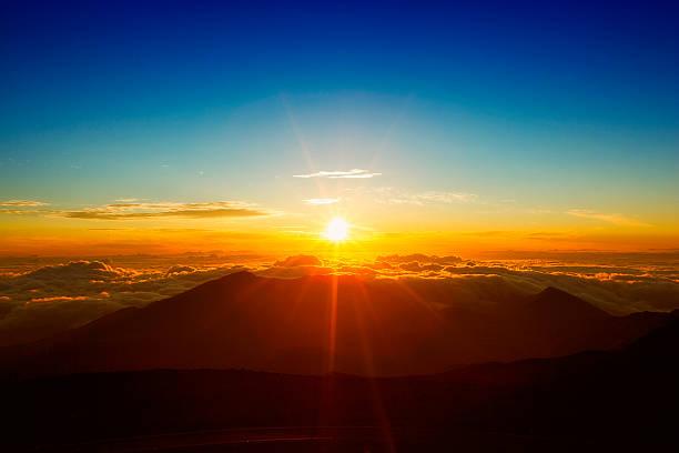 「haleakala マウイの美しい日の出 - 朝日 ストックフォトと画像