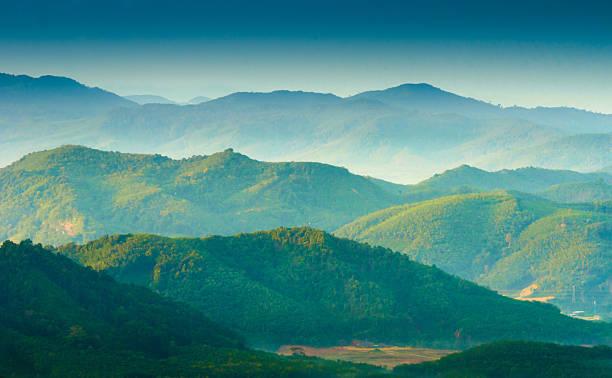 piękny wschód słońca w mglisty poranek góry. - dolina zdjęcia i obrazy z banku zdjęć
