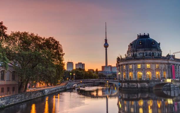 wunderschönen sonnenaufgang auf der museumsinsel in berlin - brücke museum berlin stock-fotos und bilder