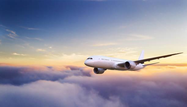 mooie zonsopgang bewolkt lucht vanuit de lucht te bekijken - vliegtuig stockfoto's en -beelden