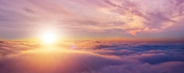 Schöner Sonnenaufgang wolkenverhangener Himmel aus der Luft – Foto