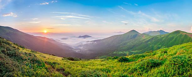beautiful sunrise in mountains with white fog below panorama - 카르파티아 산맥 뉴스 사진 이미지
