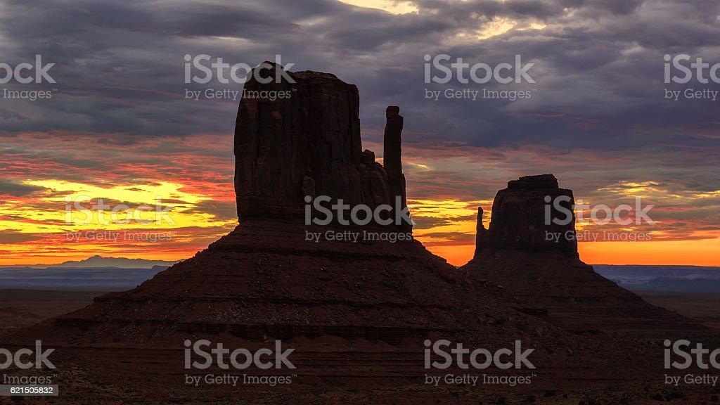 Beau lever de soleil au-dessus de l'emblématique Monument Valley, en Arizona photo libre de droits