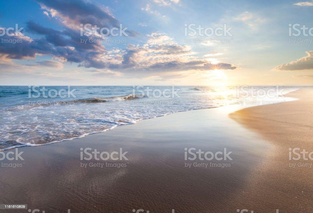 Deniz üzerinde güzel gündoğumu - Royalty-free Ada Stok görsel