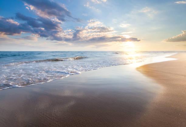 hermoso amanecer sobre el mar - playa fotografías e imágenes de stock