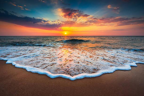 hermosa puesta de sol sobre el mar  - playa fotografías e imágenes de stock
