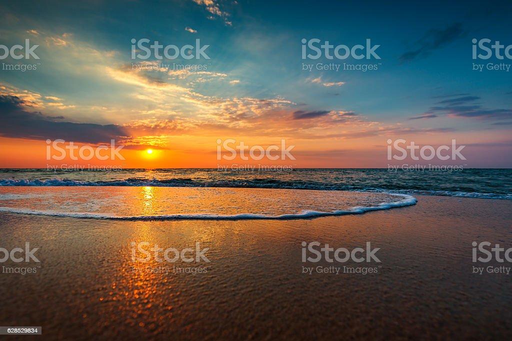 Belo nascer do sol sobre o mar - fotografia de stock