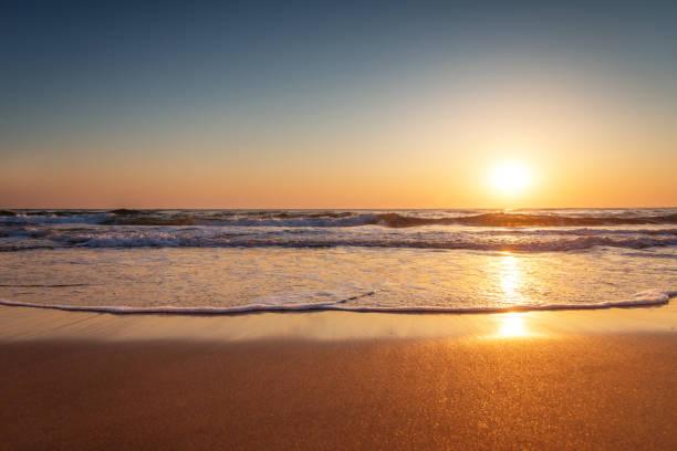 Belo nascer do sol sobre o mar - foto de acervo