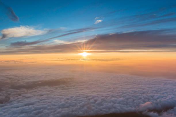 日本の富士山の頂上から見る美しい日の出。 - 朝日 ストックフォトと画像