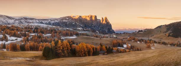 wunderschönen sonnenaufgang blick auf wiese seiser alm (alpe di siusi) mit geisler - geisler berggruppe auf hintergrund. morgen herbstlandschaft in dolomiten, südtirol, italien. - seiser alm stock-fotos und bilder