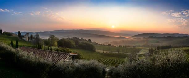 Wunderschönen Sonnenaufgang mit einigen Nebel zwischen den Hügeln mit Weinbergen in der Toskana in Italien – Foto