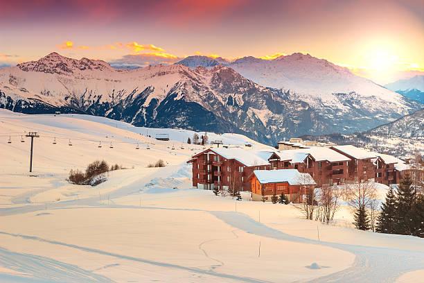 wunderschöner sonnenuntergang und ski-resort in den französischen alpen, europa - hotel in den bergen stock-fotos und bilder