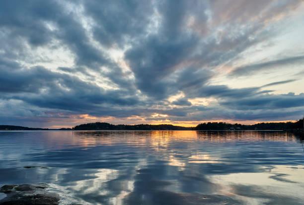 Hermosa puesta de sol en una playa en la ciudad de Estocolmo - foto de stock