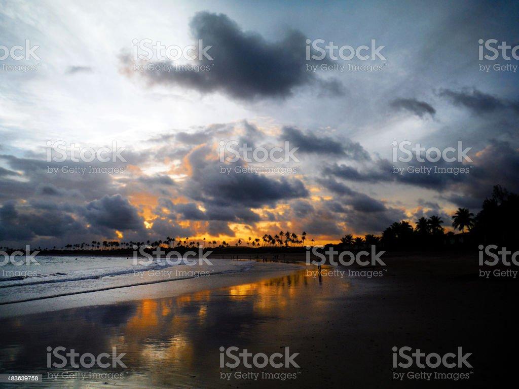 Belo pôr do sol na praia Guarajuba, na Bahia, Brasil - foto de acervo